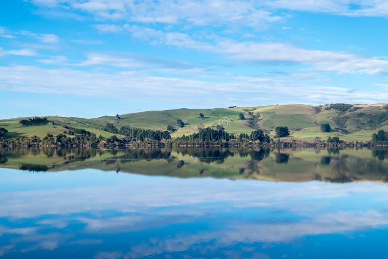 Спокойное изображение ландшафта ясных озера и холмов стоковые фото