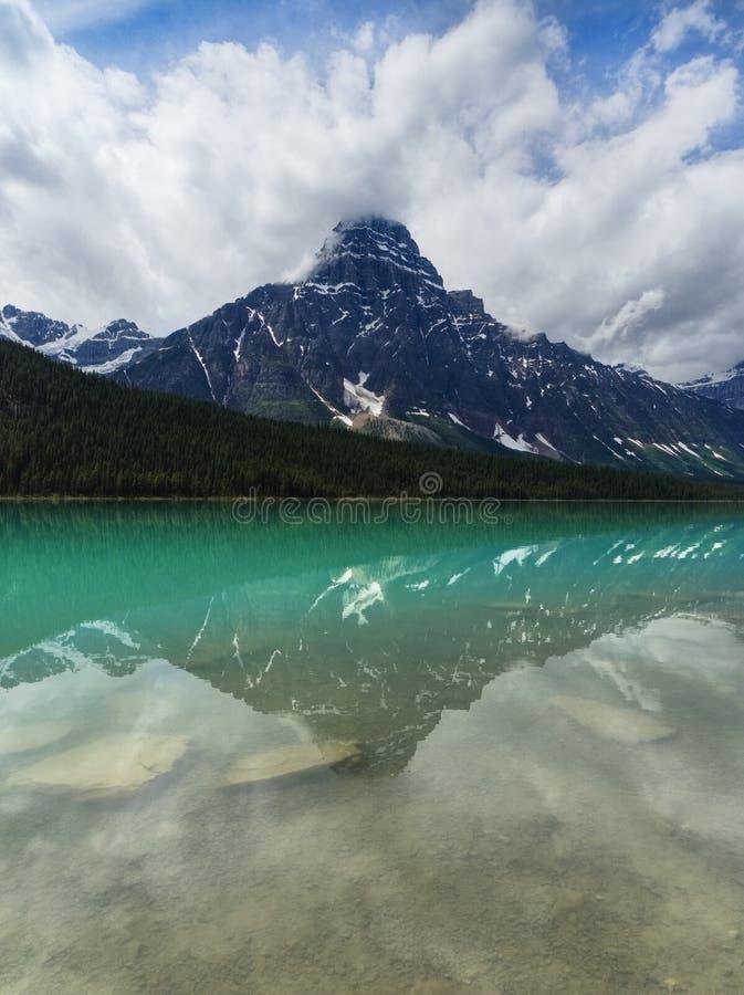 Спокойное озеро с отражением горы, Альберта водоплавающая птица бирюзы, Канада стоковые фотографии rf