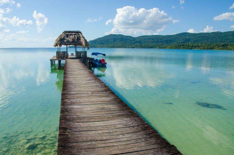 Спокойное озеро Peten в Гватемале стоковое изображение rf