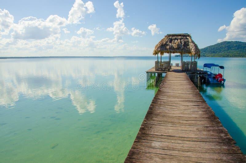 Спокойное озеро Peten в Гватемале стоковое фото
