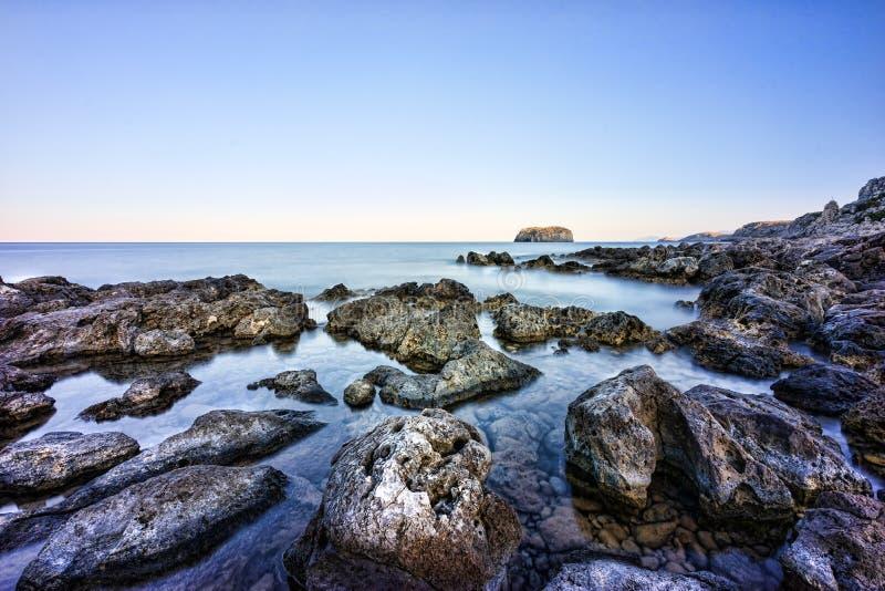 Спокойное скалистое побережье в Греции стоковое изображение