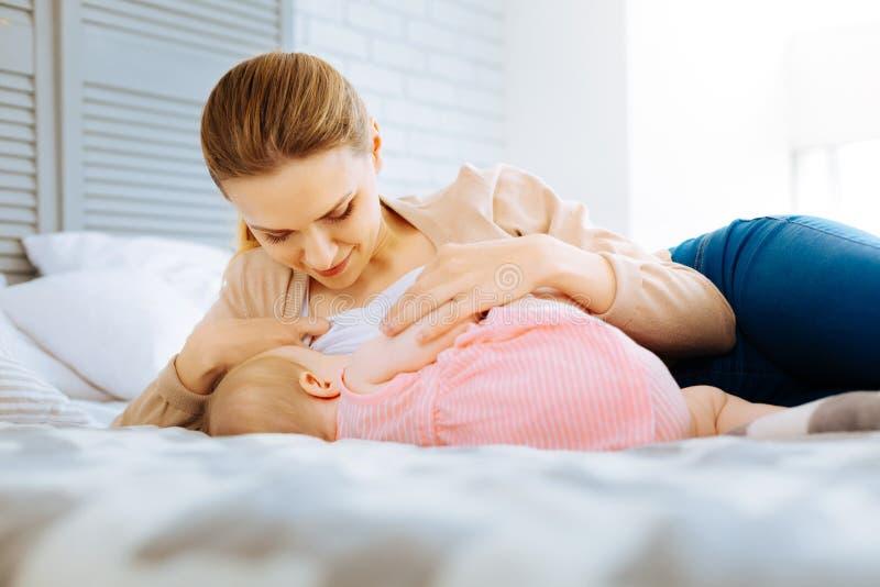 Спокойное утро любя кормя грудью матери стоковая фотография rf