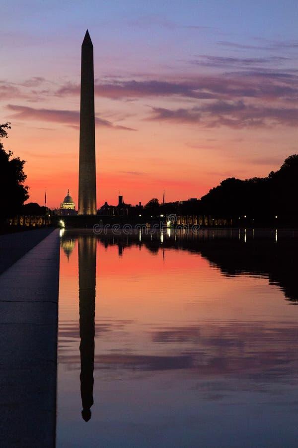 Спокойное утро на зеркальном пруде смотря к памятнику Вашингтона и своему отражению на восходе солнца стоковое изображение rf