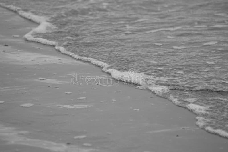 Спокойные ломая волны на бечевнике стоковое фото