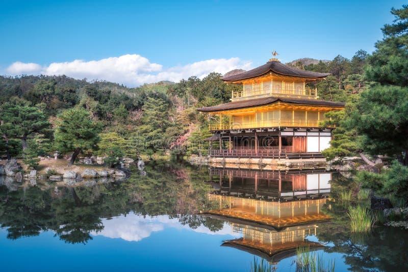 Спокойные сады на золотом павильоне в Киото, Японии стоковые изображения rf