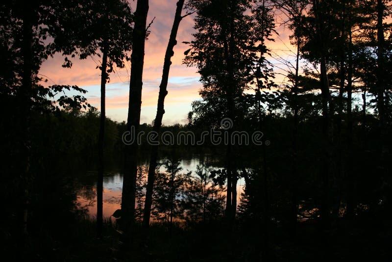 Спокойный взгляд захода солнца от дома озера стоковое фото rf