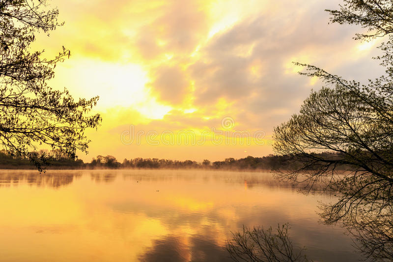 Спокойный восход солнца на озере стоковые фотографии rf