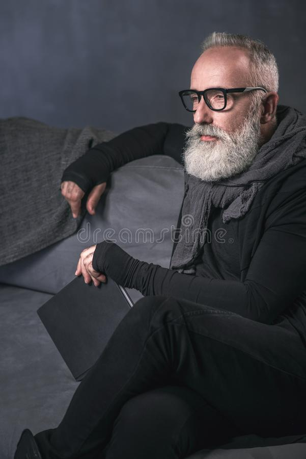 Спокойный выбудьте человека держа книгу в руке стоковое изображение
