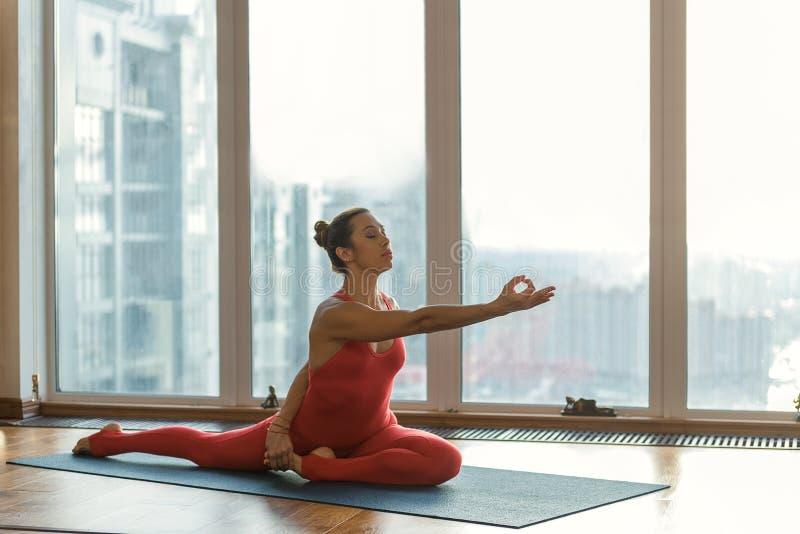 Спокойный женский yogi показывая ей гибкость стоковое фото rf