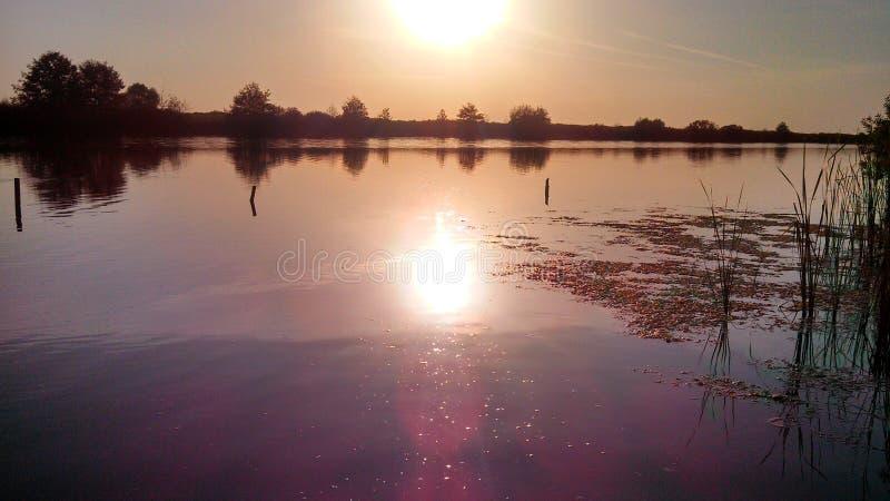 Спокойный заход солнца осени в реке стоковые изображения