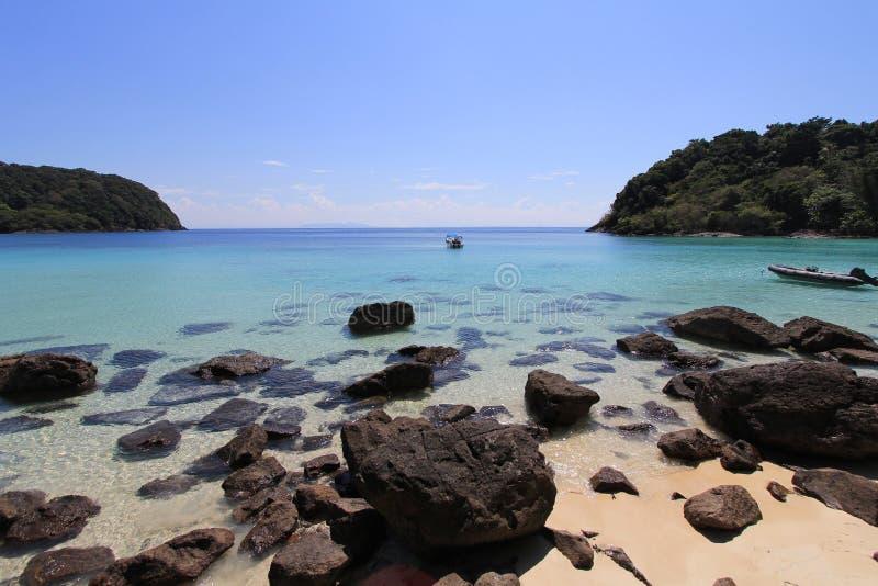 Спокойный пляж на солнечный день стоковое изображение
