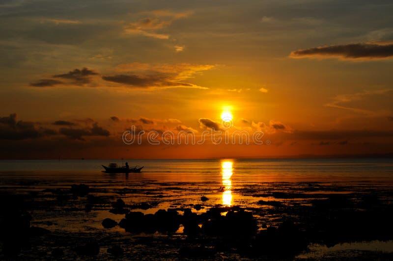 Спокойный тропический восход солнца утра стоковые изображения rf