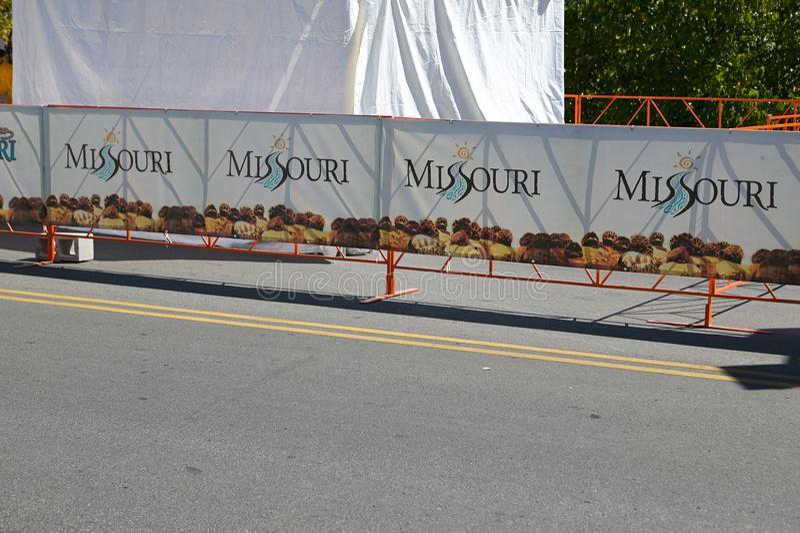 Спонсирует signage на смоленой дороге для Миссури стоковые изображения rf