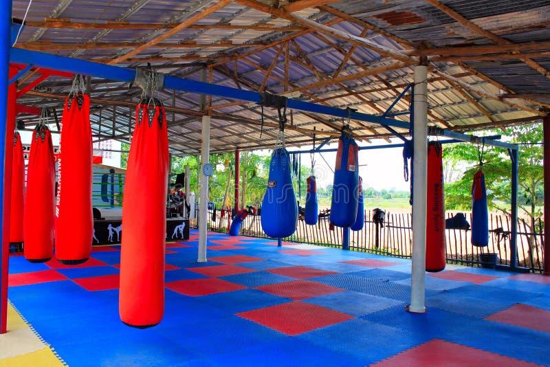 Спортзал Muay тайский с сумками бокса и красочный резиновый пол на Nok Сэм Phan пробкы запрета, Phetchabun, Таиланде стоковое фото