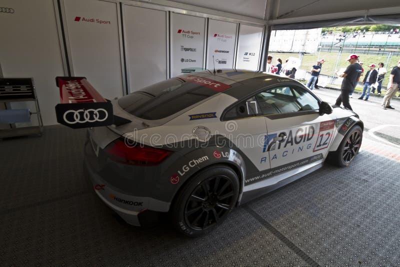 Спортивная машина Audi с начинать 12 в кулуарном стоковое изображение