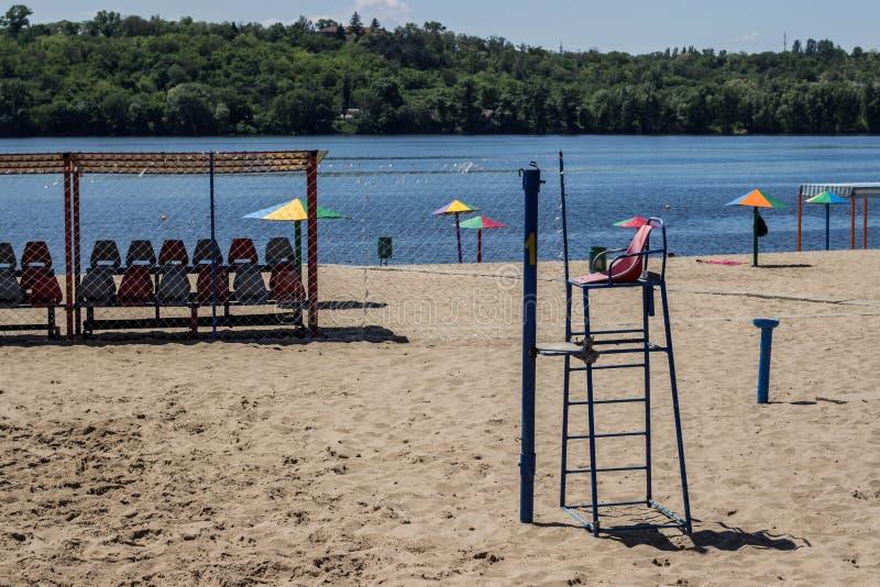 Спортивная площадка волейбола пляжа рекой стоковое фото rf