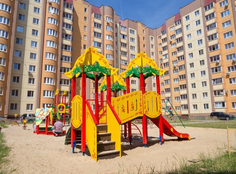 Спортивная площадка во дворе  нового жилого комплекса на улице Shishkov в городе Voron стоковое изображение rf