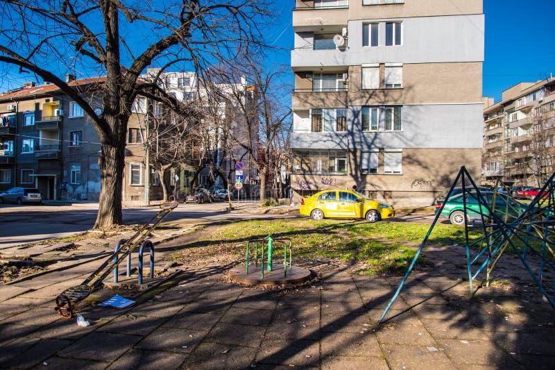 Спортивная площадка детей в жилом районе стоковые изображения rf