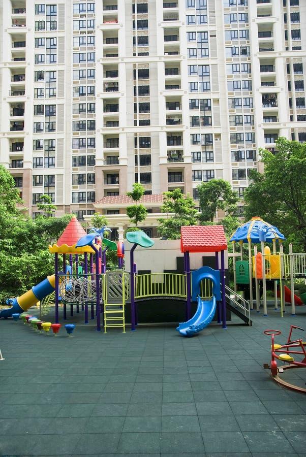 спортивная площадка детей квартир стоковые фото