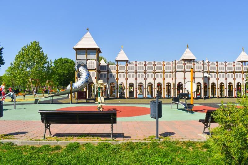 Спортивная площадка замка для детей в центральном парке города Красивая идея спортивной площадки дворца для игры детей с их семья стоковые фотографии rf