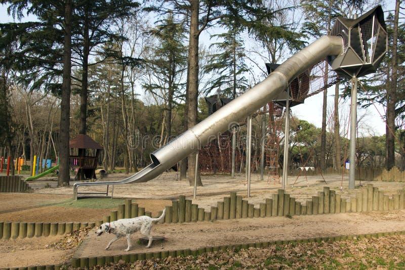 Спортивная площадка и слайдер и собака играя в красивом парке в Стамбуле стоковые фото