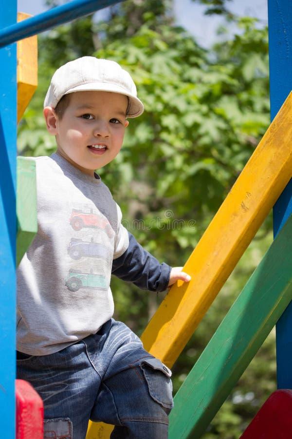 спортивная площадка мальчика стоковое изображение rf