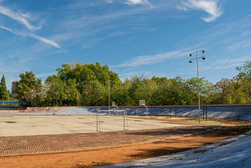Спортивная площадка на солнечный день стоковое фото