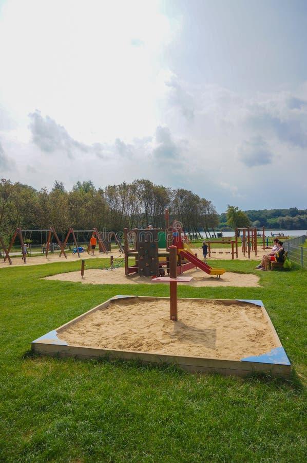 Спортивная площадка озером стоковые изображения
