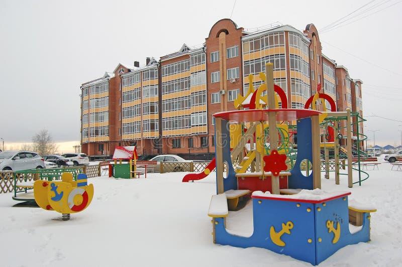 Спортивная площадка ` s детей в дворе жилого дома Россия Сибирь Зима стоковое изображение