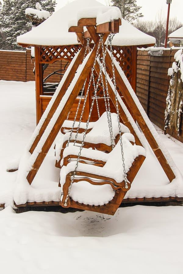 Спортивная площадка ` s детей покрытая с снегом стоковое фото