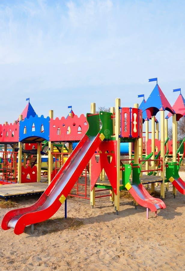 спортивная площадка оборудования больших детей цветастая стоковое изображение