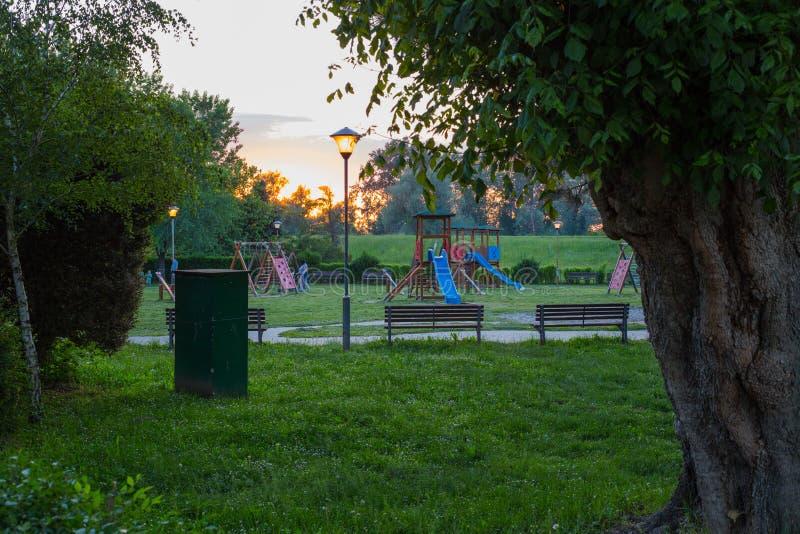 Спортивная площадка увиденная через кусты стоковая фотография rf