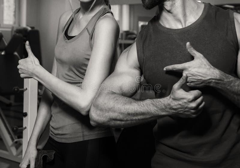 Спортивные пары в спортзале стоковое изображение rf
