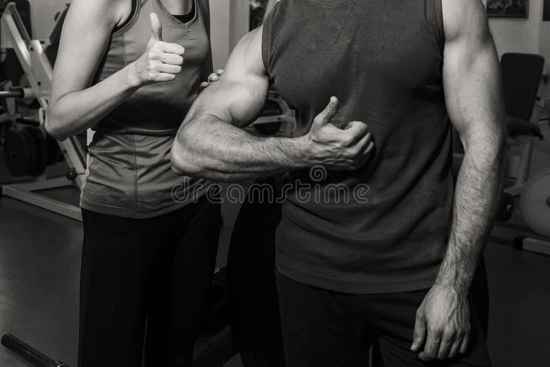 Спортивные пары в спортзале стоковое фото rf