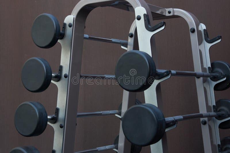 Спортивный инвентарь в спортзале Штанги различного веса стоковое фото