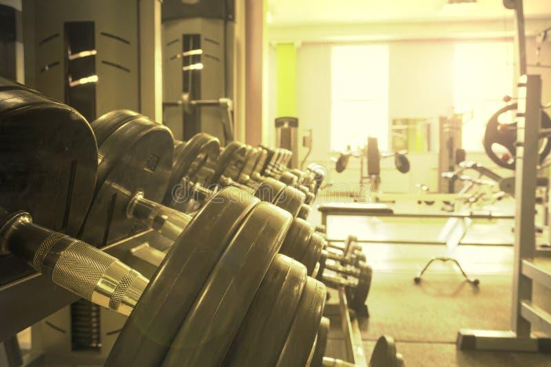Спортивный инвентарь в спортзале для тренировки стоковые изображения rf