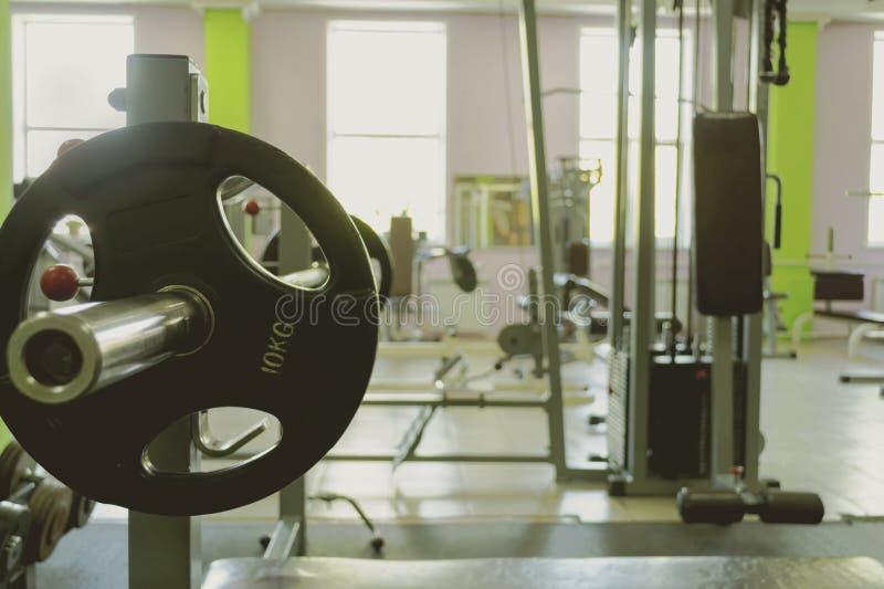 Спортивный инвентарь в спортзале для тренировки стоковые изображения