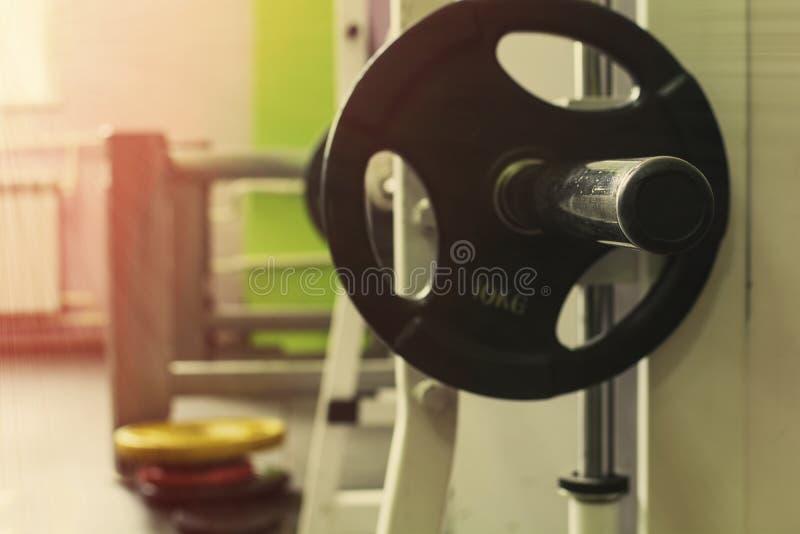 Спортивный инвентарь в спортзале для тренировки стоковое изображение