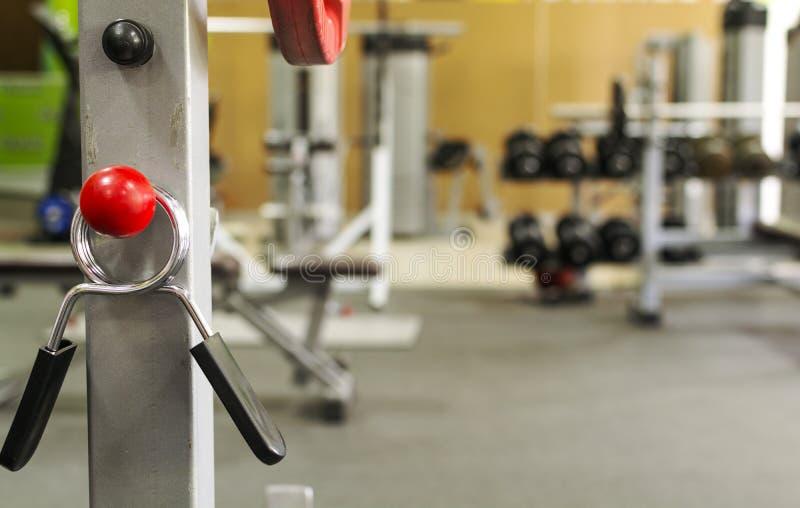 Спортивный инвентарь в спортзале для тренировки стоковое изображение rf