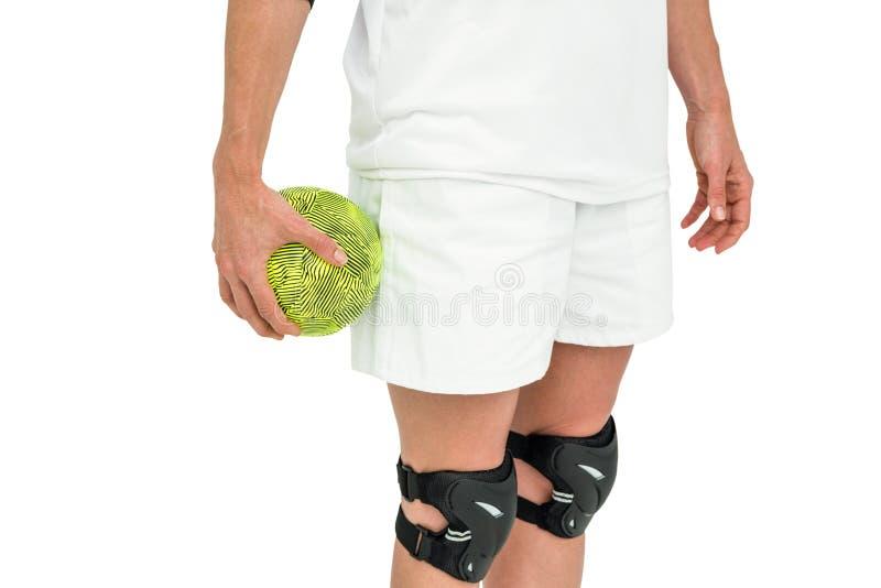 Спортсменка держа шарик стоковые изображения rf
