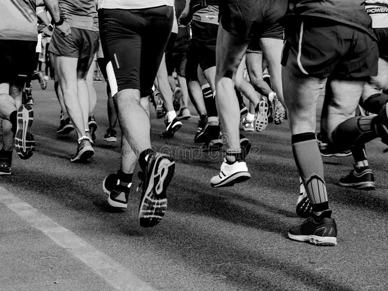 Спортсмены бегунов ног группы стоковое изображение