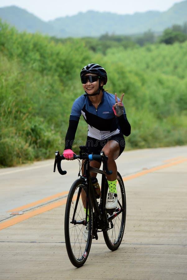 Спортсмены велосипеда дилетанта делают большую часть их усилий в отключении призрения гонки велосипеда стоковые фото