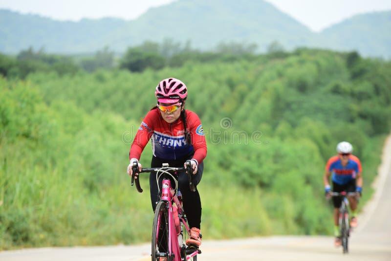Спортсмены велосипеда дилетанта делают большую часть их усилий в отключении призрения гонки велосипеда стоковые изображения rf