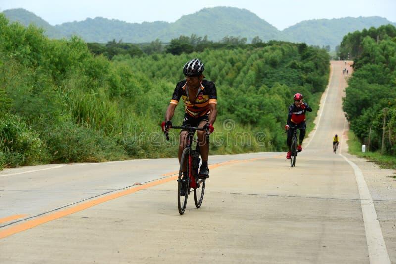 Спортсмены велосипеда дилетанта делают большую часть их усилий в отключении призрения гонки велосипеда стоковые фотографии rf