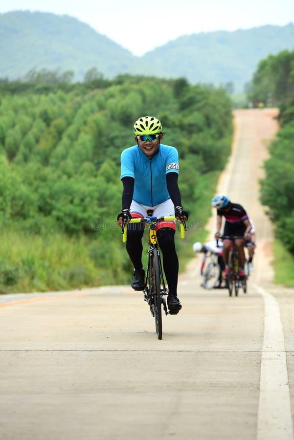 Спортсмены велосипеда дилетанта делают большую часть их усилий в отключении призрения гонки велосипеда стоковая фотография