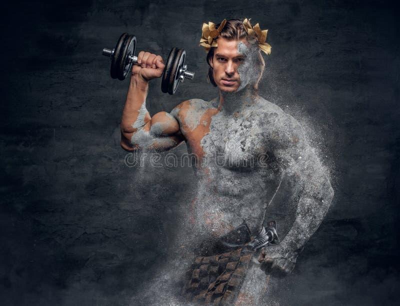 Спортсмены древнегреческия мужские держат гантель стоковые фотографии rf