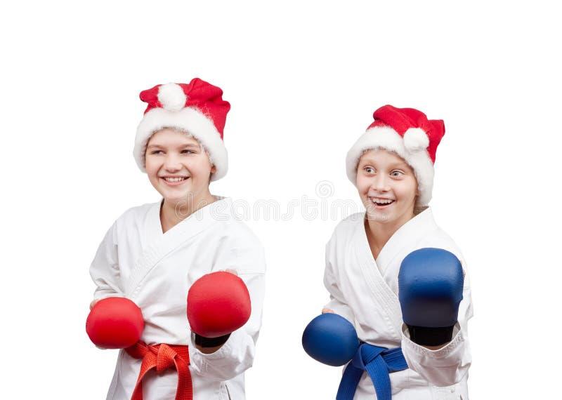 Спортсмены детей в карате шкафа с верхними слоями на руках стоковое фото