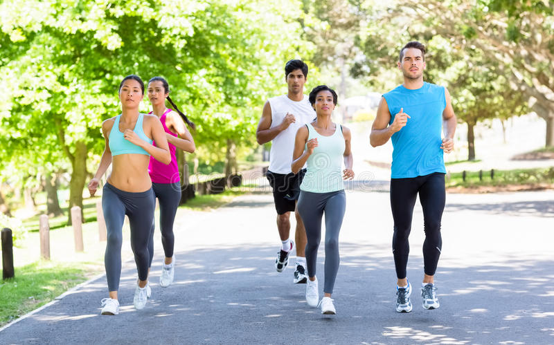 Спортсмены марафона бежать на улице стоковое фото rf