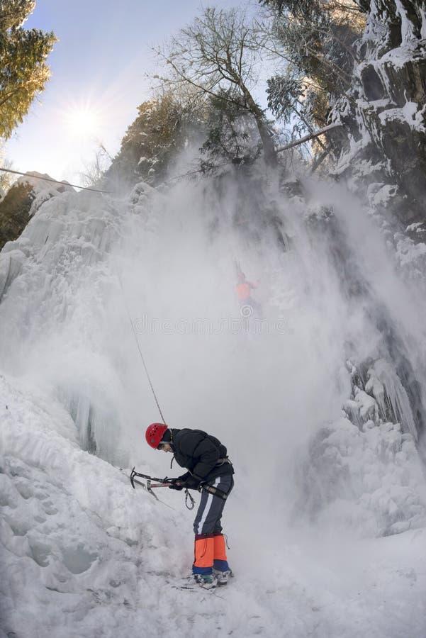 Спортсмены на водопаде Manyavsky упали в лавину стоковые фото