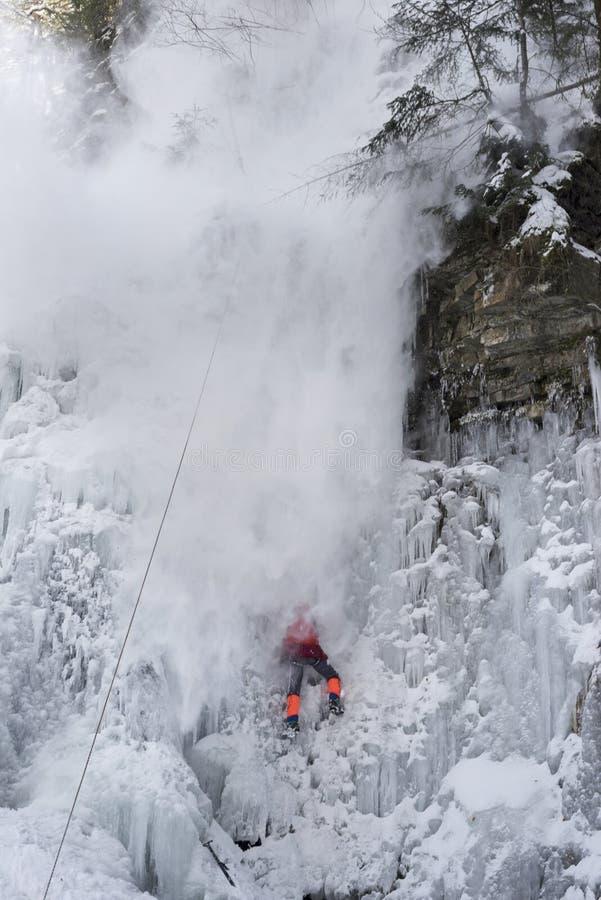 Спортсмены на водопаде Manyavsky упали в лавину стоковое изображение